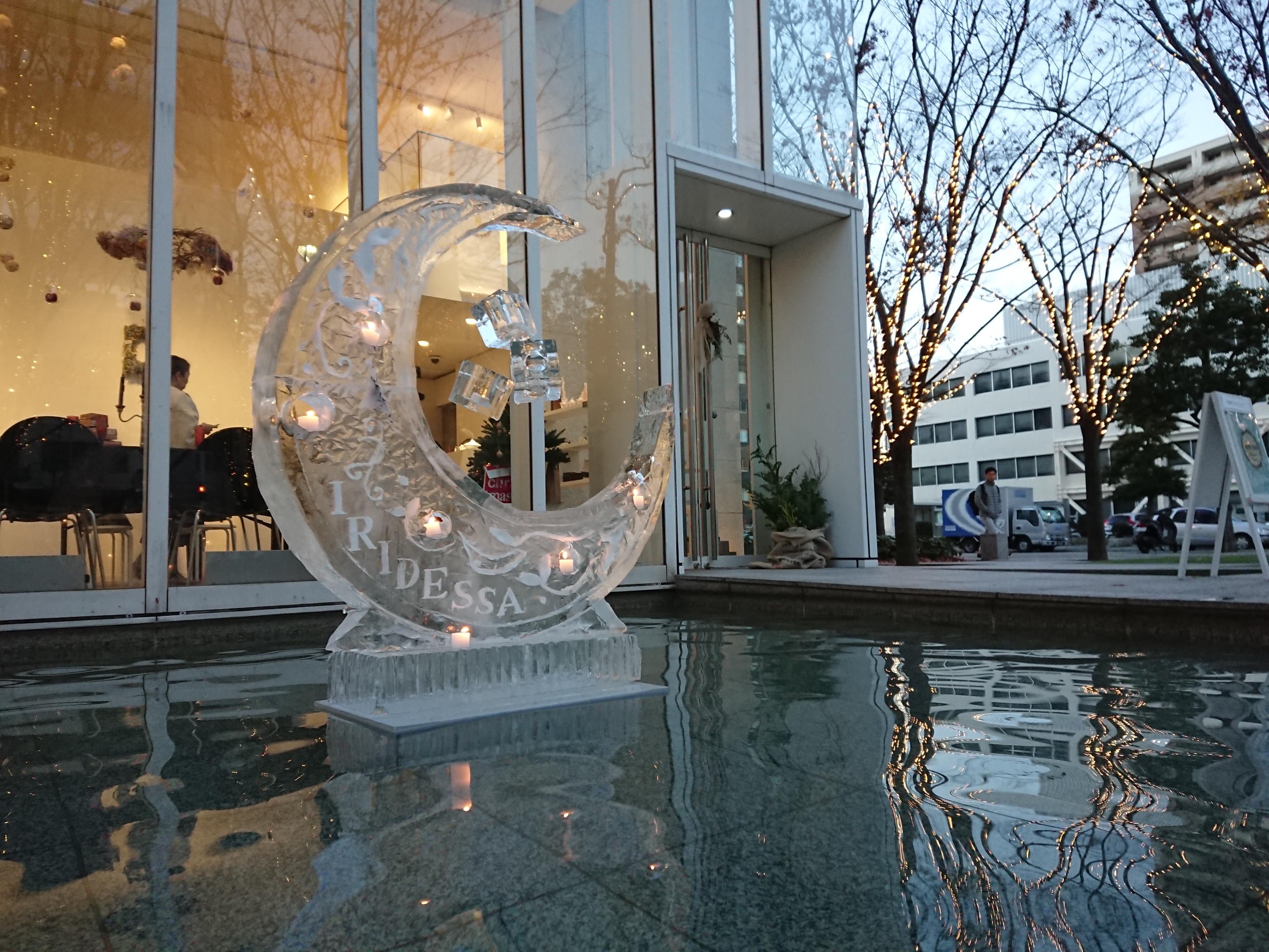キャンドルと氷を合わせた幻想的なアート作品